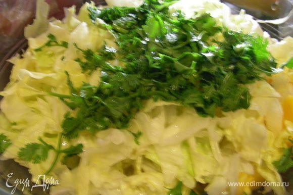 Режем довольно мелко салат и кинзу. Добавляем их в салат и перемешиваем. В конце добавляем по вкусу кунжут или кедровые орешки, оливковое масло, соль, перец. Салат готов.