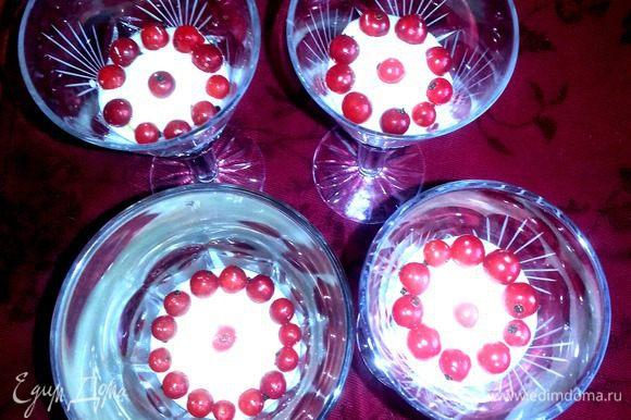 По краю выкладываем ягодки,чтобы их было видно через стекло!