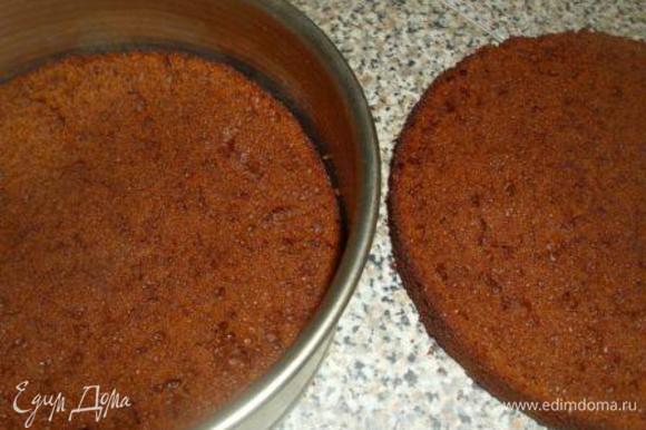 Остывший бисквит разрезать на 2 коржа. Первый корж поместить в форму.