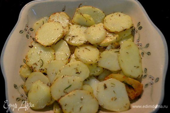 Затем картофель и все содержимое выкладываем в жаропрочную посуду.И ставим в духовку на 30 мин.