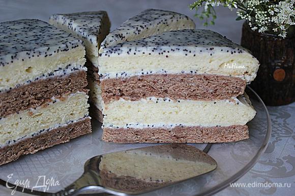 Соберите торт, промазывая коржи сметанным кремом. Оставшуюся часть сметанного крема доведите до закипания, поварите при помешивании на слабом огне - это глазурь, которой аккуратно полейте верхнюю поверхность торта. Дайте торту пропитаться. Приятного чаепития!