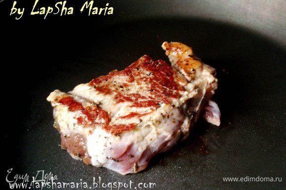 Кусочки мяса выкладываем на хорошо разогретую сковород. Обжариваем с каждой стороны по пол минуты, чтобы схватилась корочка. Затем уменьшаем огонь до чуть выше маленького и обжариваем, периодически переворачивая до готовности.