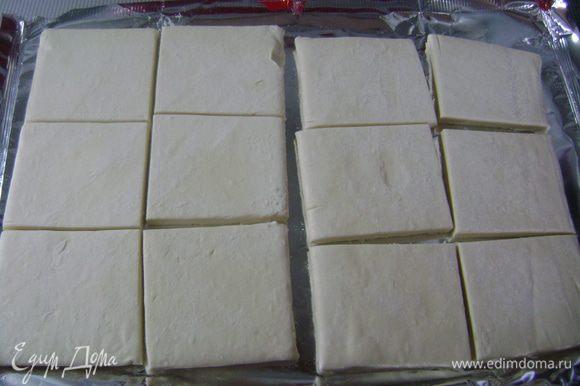 Убрать полотенца с теста и разрезать каждый пласт на 6 равных квадратов.