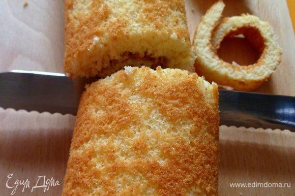 остывший бисквит освобождаем от бумаги,отрезаем неровные края и разрезаем на 4 части