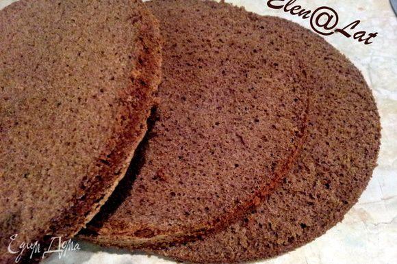 После того как бисквит будет готов и остынет разрежьте его на 3 части.