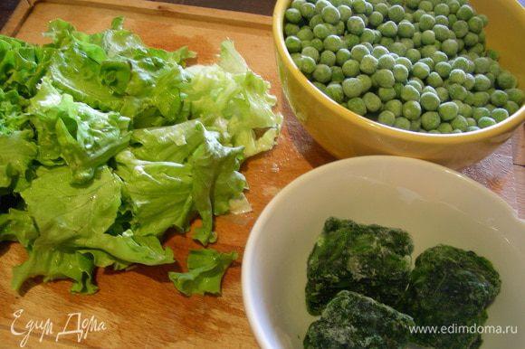 Вот такое количество горошка, салата и шпината я использовала. Добавляем их к луку. Сначала лучше добавить горошек и шпинат, если он замороженный.