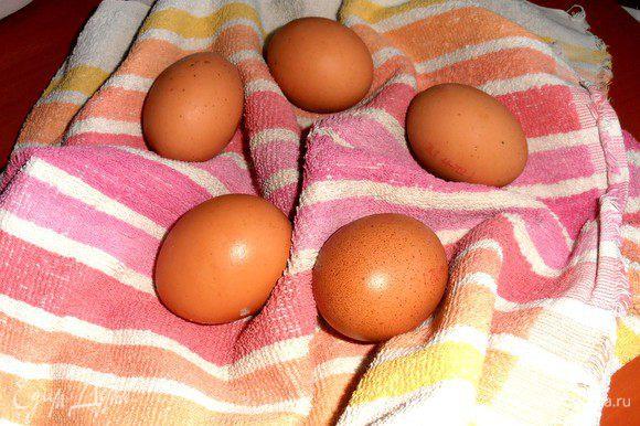 Теперь самое интересное!Для яиц надо полотенце(так советовала Ю.В.и так правда удобнее!)