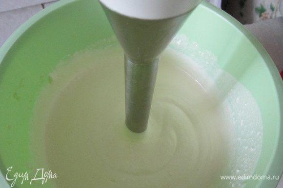 Смешать яйца, сахар, ванильный сахар и сметану,соединить с творогом. Взбить смесь блендером до однородного состояния.