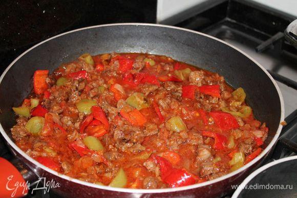 когда овощи хорошо обжарятся,для говядины, я развела том. пасту в воде, добавила в сковороду и поставила тушить, до готовности мяса