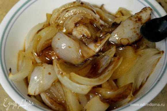 Выложить мясо на тарелку и прикрыть фольгой. Лук переложить в блюдо посыпать корич.сахаром, добавить бальзамич. уксус и перемешать, посолить и поперчить, перемешать. Прикрыть фольгой.