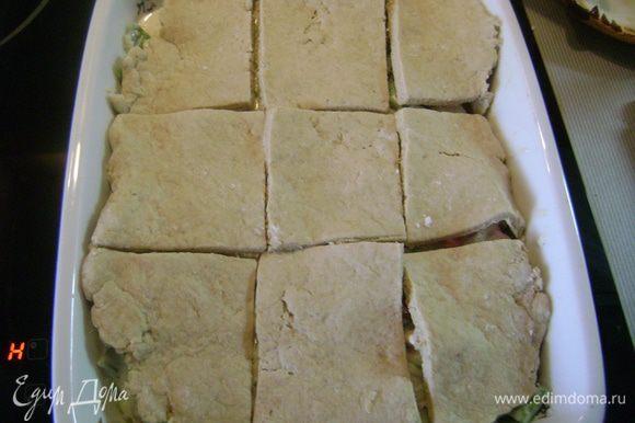 Положить кусочки теста сверху на курино-овощную смесь и отправить в духовку на 20 мин.