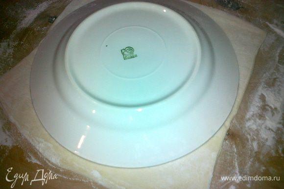 теперь берем слоенное тесто и раскатываем тонко,обрезаем по форме тарелки