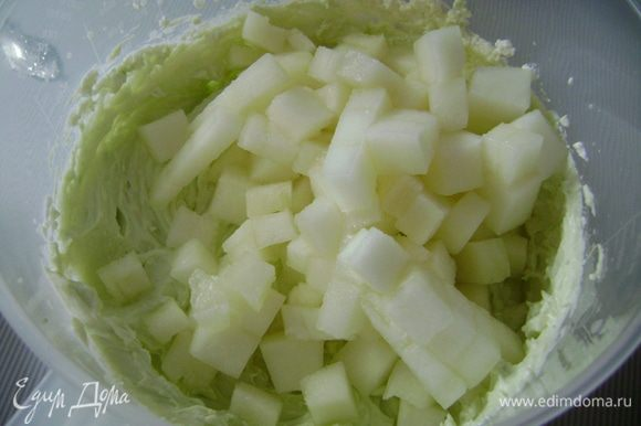 ...дыню, нарезанную маленькими кусочками и сахарную пудру (её количество нужно класть в зависимости от того, насколько сладкая дыня и вкусовых пристрастий).