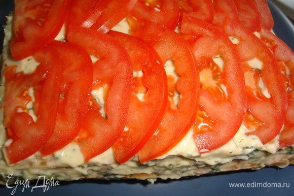 Верх тортика можно украсить помидорами.