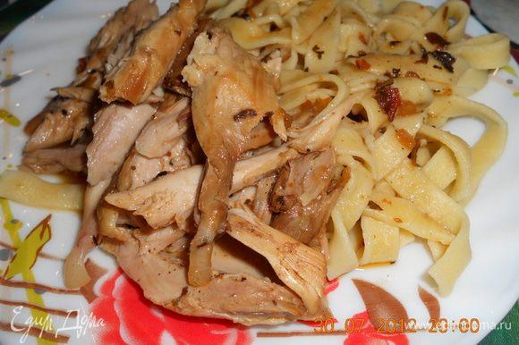 варим в подсоленной воде помешивая,в это время и курица приготовилась,выкладываем на тарелку,ложим курятину и поливаем получившимся соусом в курице,приятного аппетита