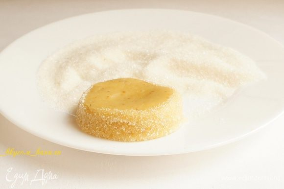 Обвалять края печенья в сахаре, слегка надавливая, чтобы сахара было побольше.