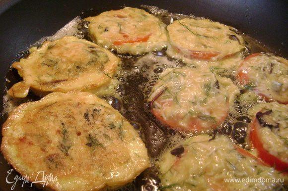Нанести вилкой сырную смесь на обе стороны дольки помидора и обжарить на оливковом масле до золотистой корочки.