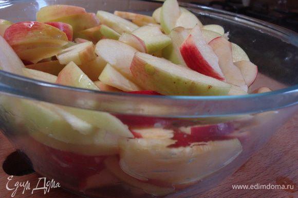 Яблоки разрезать пополам, вынуть сердцевину, нарезать дольками и залить соком одного лимона.