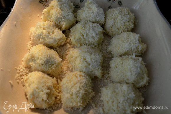 Выложите в тарелку панко и с мокрыми руками формируем шарики из картоф. массы. Обмакиваем в панко со всех сторон. Выкладываем шарики картофельные на разогретый противень смаз. олив. маслом. Я сначала сформировала шарики, а потом уже достала горячий противень и смазала олив. маслом и все готовые картоф. шарики выложила на противень.