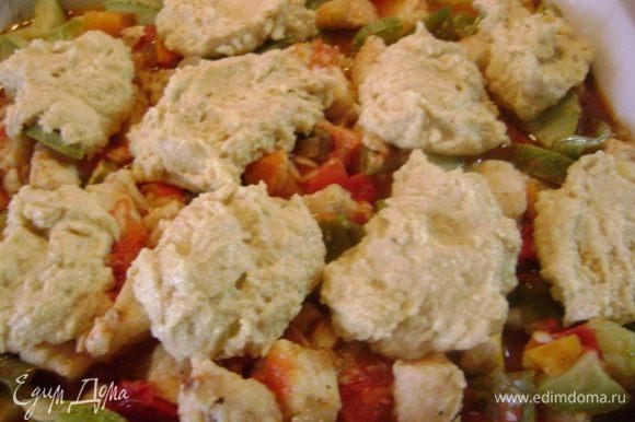 Курицу с овощами выложить в огнеупорную форму, удалив лавровый лист, и сверху ложкой выложить тесто.