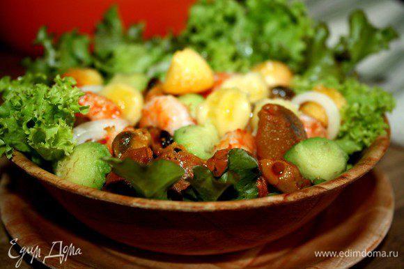 Креветки быстро обжарить в растительном масле с чесноком и кусочками чили.Авокадо,манго и банан нарезать небольшими кусочками.В салатник высыпать салатные листья,фрукты и мидии и креветки.Взбить ингредиенты соуса и полить заправкой салат.Приятного аппетита!