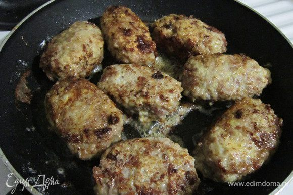 Для панировки подготовить муку и яйцо. Котлету сначала обвалять в муке, затем обмакнуть в яйцо и снова в муку. Разогреть на сковороде оливковое масло и обжарить котлеты на среднем огне в течение 7-8 минут с каждой стороны, а далее добавить немного воды, накрыть сковороду крышкой о прогреть котлеты еще 20 минут. Сочные котлеты готовы, угощайтесь!