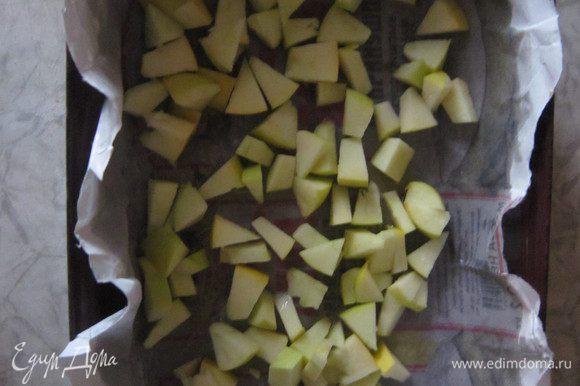 5. На смазанную растительным маслом бумагу кладем кусочки нарезанных яблок.
