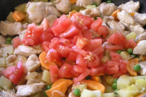 добавить нарезанные помидоры (без кожицы),