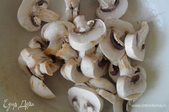 Для начинки нарезать грибы и обжарить до готовности.