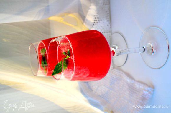 Соединить арбузную и малиновую массу, добавить кубики льда. Если малина была кислая или арбуз не очень сладкий, добавьте немного сахара, хорошо размешайте до растворения. Перелить в бокалы и украсить листиками мяты. Если хотите острых ощущений, то можно добавить алкоголь на ваш вкус.