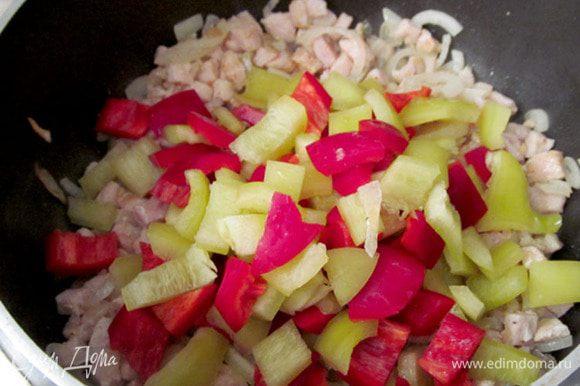 Готовим начинку. Все овощи и мясо нарезать мелким кубиком. Сначала слегка поджарить лук, добавить куриное мясо. Жарить 5 минут. Затем добавить перец.