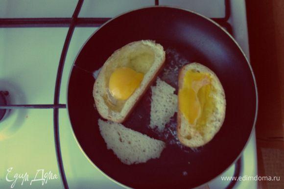 На разогретую с маслом сковороду выкладываем хлеб , выливаем в середину кусочка яйцо и обжариваем с двух сторон , середину хлеба можно поджарить тоже . Приготовление займет 3-5 минут .Снимаем с огня Наше блюдо ,солим, перчим и наслаждаемся )))