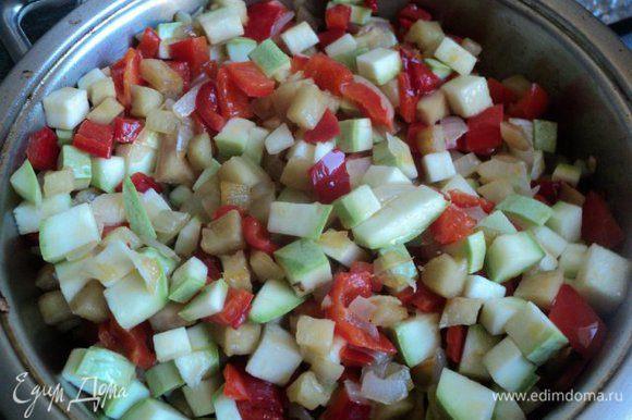 Затем добавить баклажаны и кабачки и поджарить все вместе 5-7мин.