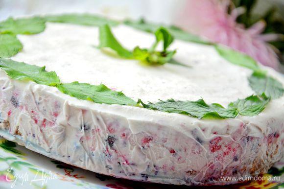 Затем добавить обычные 20%сливки и еще раз тщательно взбить миксером.Вылить все на охлажденный корж и поставить в морозилку,до полного застывания.У меня торт стоял в морозилке всю ночь.Перед подачей можно украсить листиками свежей мяты и малиной.Так же перед подачей дайте торту постоять минут 15-20 при комнатной температуре.
