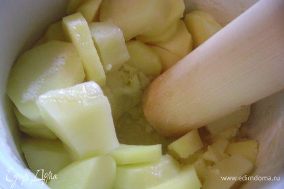 Картофель очистить, отварить и размять.