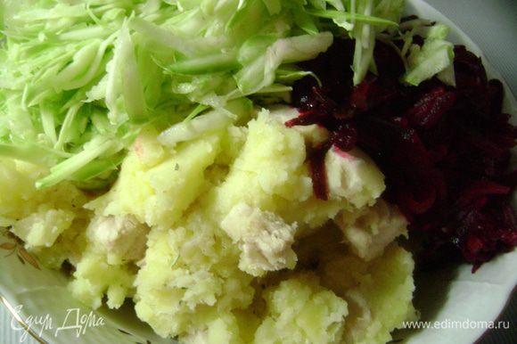 Выложить индейку с луком в большое блюдо, добавить туда же растертый картофель, натертую свеклу и кабачок, шалфей, розмарин, соль и перец, перемешать.