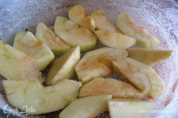 Яблоко чистим, режем дольками. Выкладываем в форму.