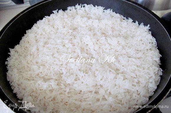 Рис для плова берем длинный, но не китайский. Тот, который не берет много воды и не крахмалистый сорт. Лучше всего подходит сорт Лазер, его выращивают в Узбекистане. Можно в магазинах найти нужный рис. Берите крупный, продолговатый и слегка желтый. Его промывают несколько раз и опускают в казан поверх моркови. Не перемешивают!!! Солят рис.