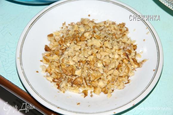 Орехи измельчаем не очень мелко. Я прокатываю скалкой по орехам, они легко дробятся.