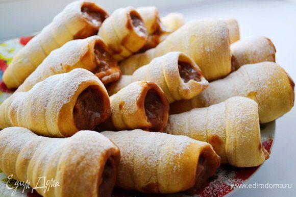 После того как трубочки остыли, начинить их и посыпать сахарной пудрой.