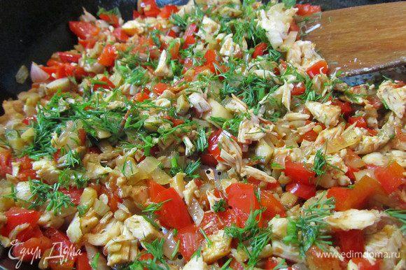 Шампиньоны промыть под проточной водой, удалить ножку (она пойдёт в начинку). Приступаем к начинки: мелко шинкуем репчатый лук, болгарку, помидор, мясо, ножки от грибов. Всё обжариваем на растительном масле, приправив солью, перцем и соевым соусом. В конце добавить измельчённую зелень укропа.