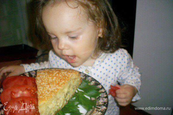 Режем пирог на кусочки и наслаждаемся. Наш главный дегустатор решила пробовать первой, и он ей пришелся по вкусу.