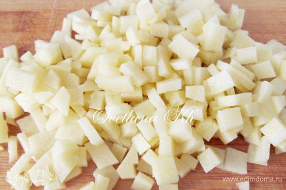 Картофель нарезать плоскими кубиками.