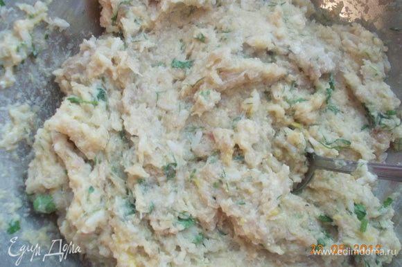 Приготовить фарш из филе , которое мы вынули. Добавить яйца, рис, сметану, посолить и поперчить.
