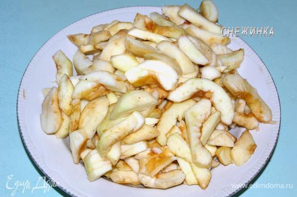 Займемся начинкой. Яблоки чистим от кожи и семян. Нарезаем тонкими дольками или полосочками.