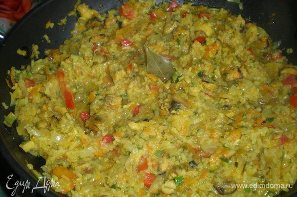 Ещё минут 5 - 10 протушить с зеленью и кусочками перца и помидора Добавить кусочки чеснока , лавр, выключить