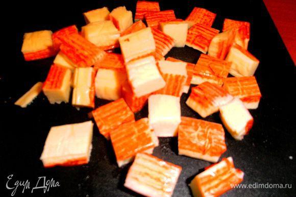 Крабовые палочки нарезаем на произвольные кубики...