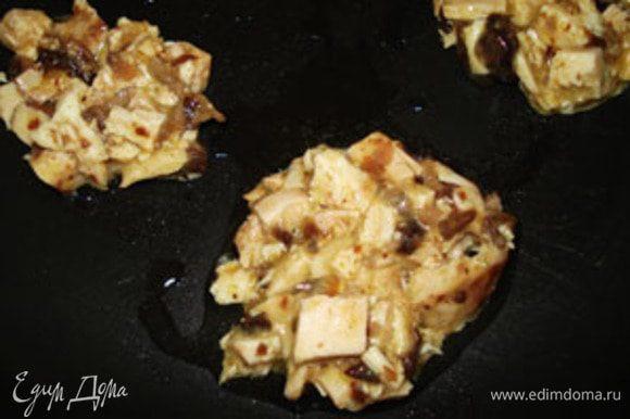 Выпечь маленькие мясные лепешки. Ложкой выложить на сковороду массу и поджарить с двух сторон. Размер лепешок должен соответствовать размеру хлеба.