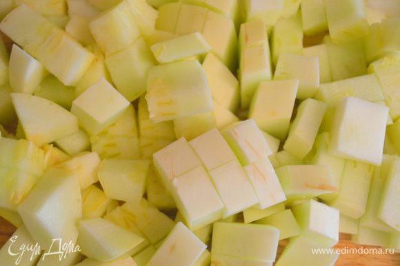 Кабачок и баклажаны нарезать на мелкие кубики.