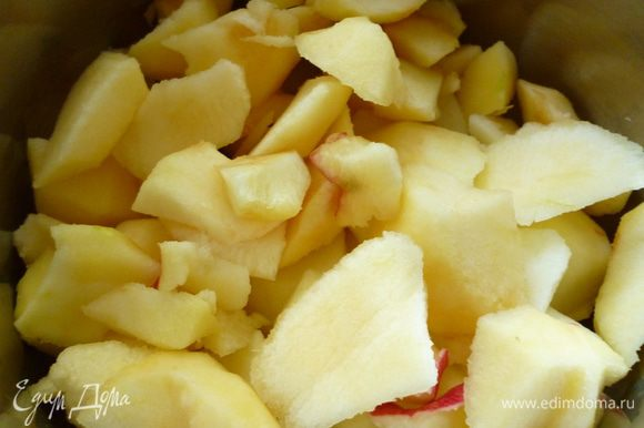 Приготовим яблочное пюре: 5-6 яблок средней величины почистить от кожицы, удалить сердцевину и нарезать кусочками, сложить в кастрюльку, добавить половину стакана воды и тушить на медленном огне до мягкости и до полного испарения жидкости. Охладить.Пюре должно быть густое.